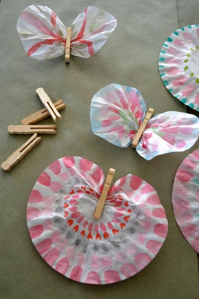 fabriquer un papillon à partir de pinces à linge en bois et filtres à café colorés, activité manuelle primaire maternelle facile