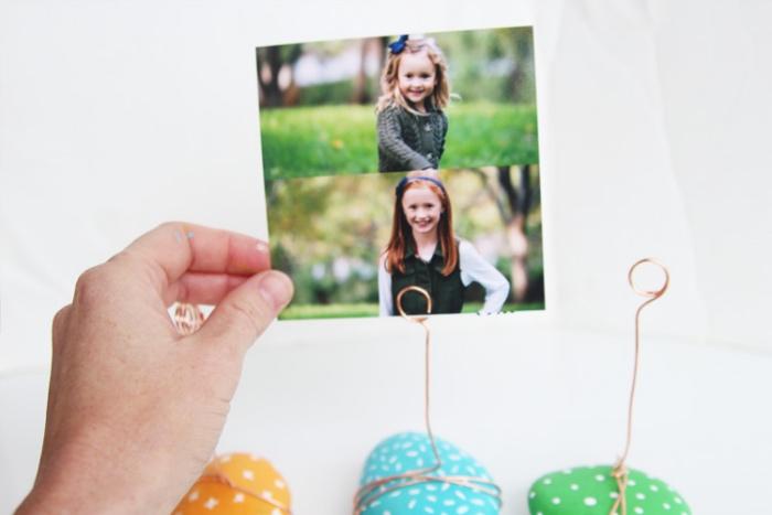 bricolage enfant, cadeau fête des pères, des mères, du fil de cuivre enroulé autour de galets décorés au feutre et peinture acrylique, comment fabriquer un support photo, activité manuelle primaire