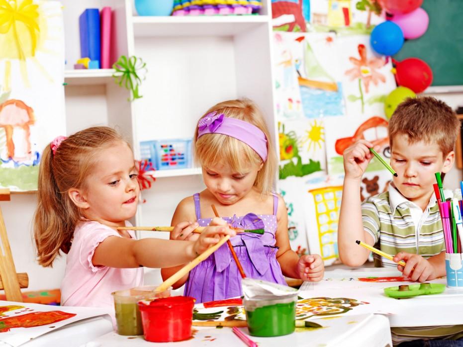 activité manuelle primaire maternelle, dessin avec de la peinture, enfants à la maternelle, loisirs creatifs