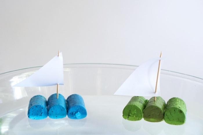idée comemnt fabriquer un bateau en bouchons de liege colorés et voile en cure dent et papier, avtivités manuelles pour enfants primaire, bricolage été