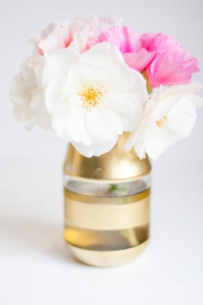 vase de fleur à rayures dorés, un bouquet de fleurs fraiches dedans, idée bricolage facile, activité manuelle adulte