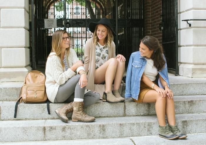 Amies sur les escaliers du lycée comment s habiller pour la rentrée - idée tenue adorable pour les amies