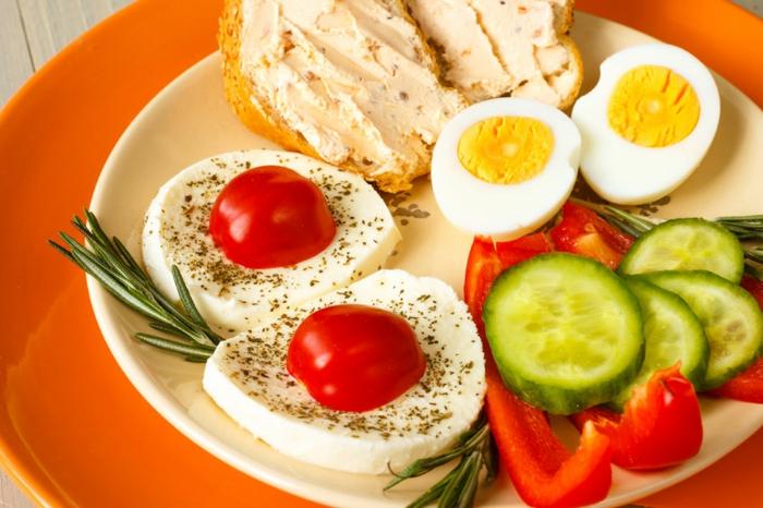 recette équilibrée, assiette orange, légumes, tomate, fromage, oeufs, plat équilibré, mayonnaise, recettes rapides et équilibrées, comment manger équilibré