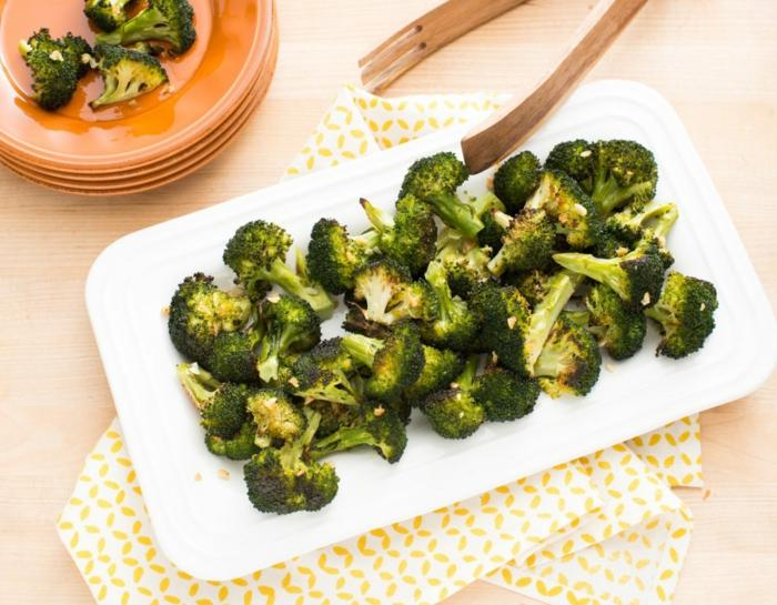 manger sainement, assiette orange, brocolis, repas équilibré, quels produits alimentaires, serviette blanche