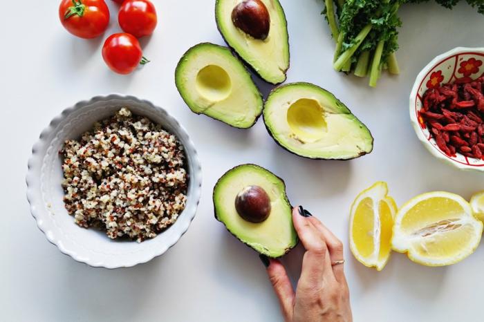 manger équilibré, avocat, tomates cerises, manger sainement, grains, menu équilibré, herbes vertes