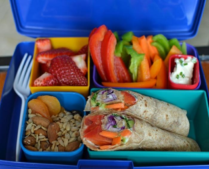 plat équilibré, boîte en plastique bleue, crêpe salées, fraises, légumes, recettes rapides et équilibrées, fromage