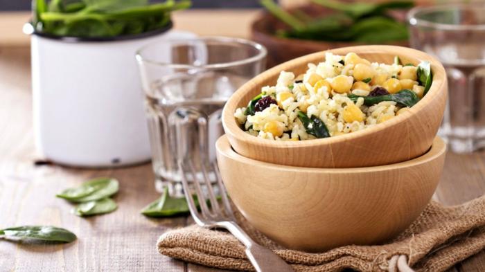 menu équilibré, herbes aromatiques, comptoir de cuisine en bois, bol en bois, riz aux légumes, recette équilibrée plat équilibré