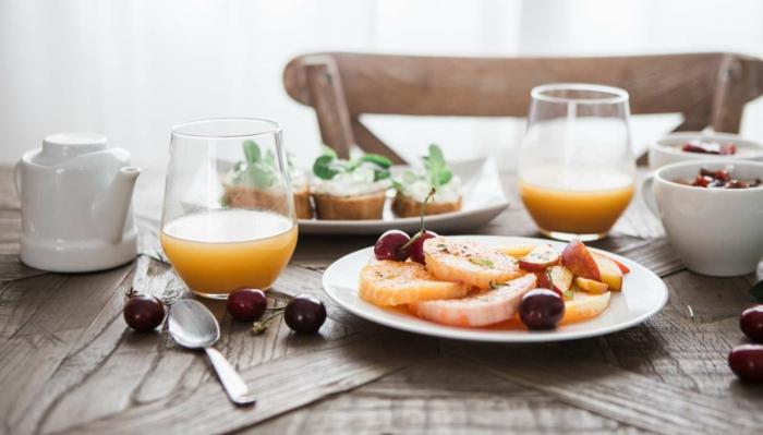 comment manger équilibré, préparer un petit déjeuner sain, verre en jus d'orange, manger sainement