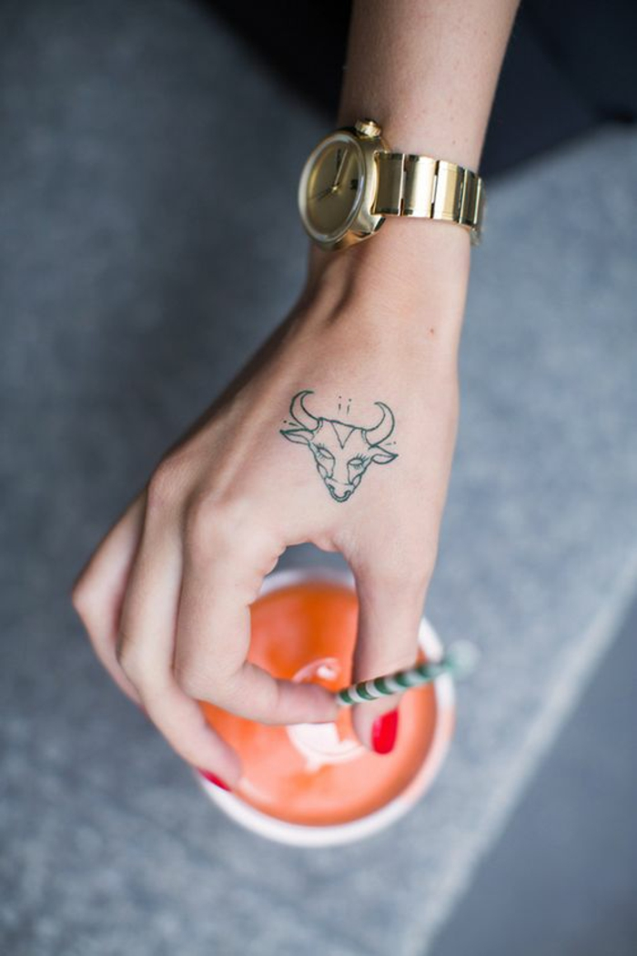 Photo de tatouage femme poignet idées tatoo superbe astrologique signe