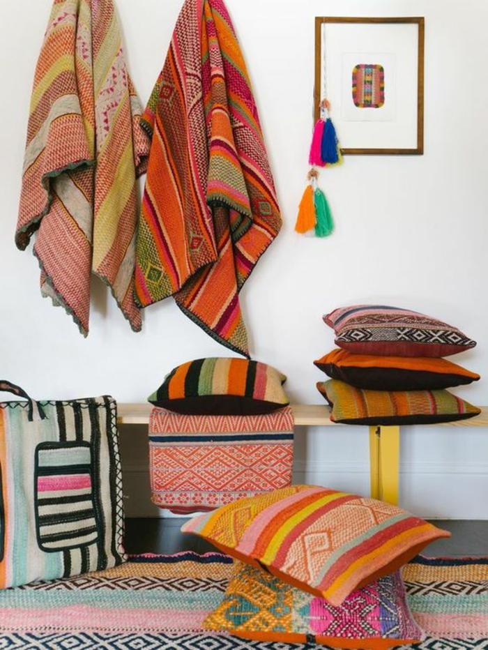 aménagement style ethnique, serviettes, coussins et tabourets en tissus ethniques