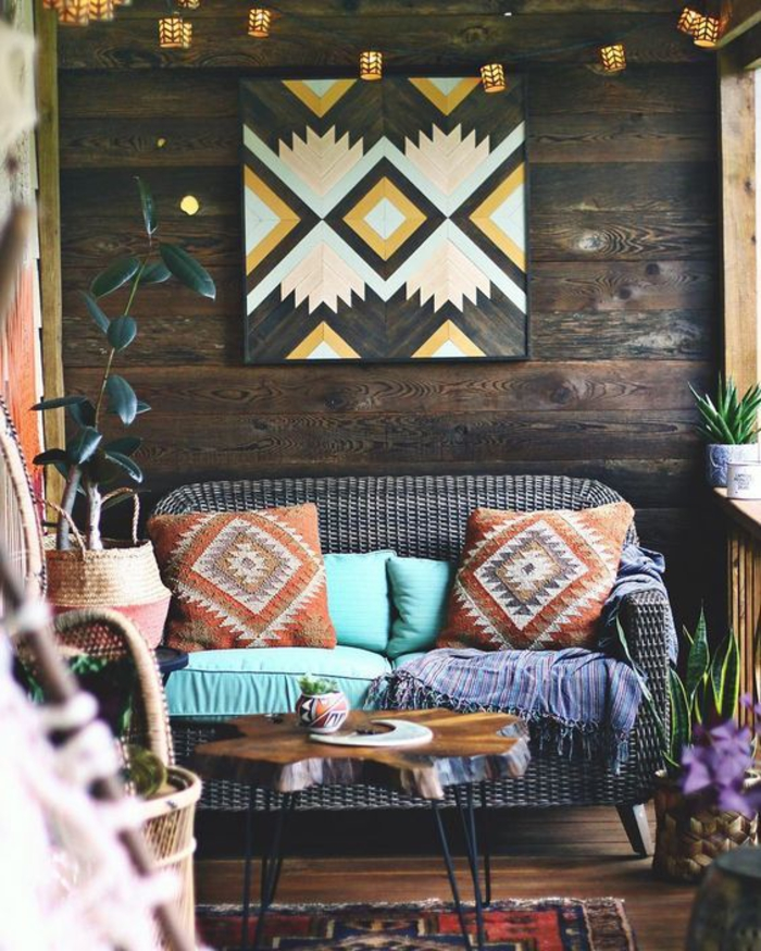 aménagement chic ethnique d'un balcon en bois, ambiance bohème chic