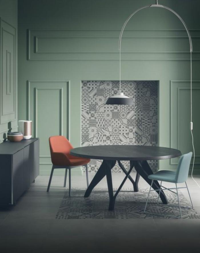 salon moderne aux nuances du vert et du bleu, chaise scandinave couleur terracotta