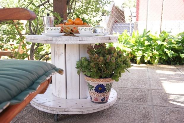 touret bois table de jardin, plantes, service à café, banc en bois, coussin vert, amenagement jardin, deco exterieur