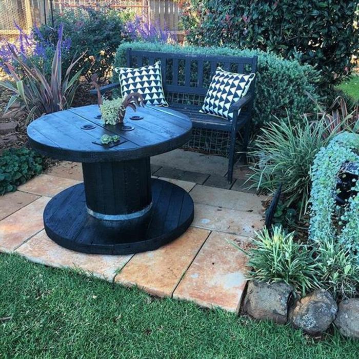 amenagement jardin, deco exterieur, touret bois table, repeinte en noir, banc en bois, plantes vertes, pelouse