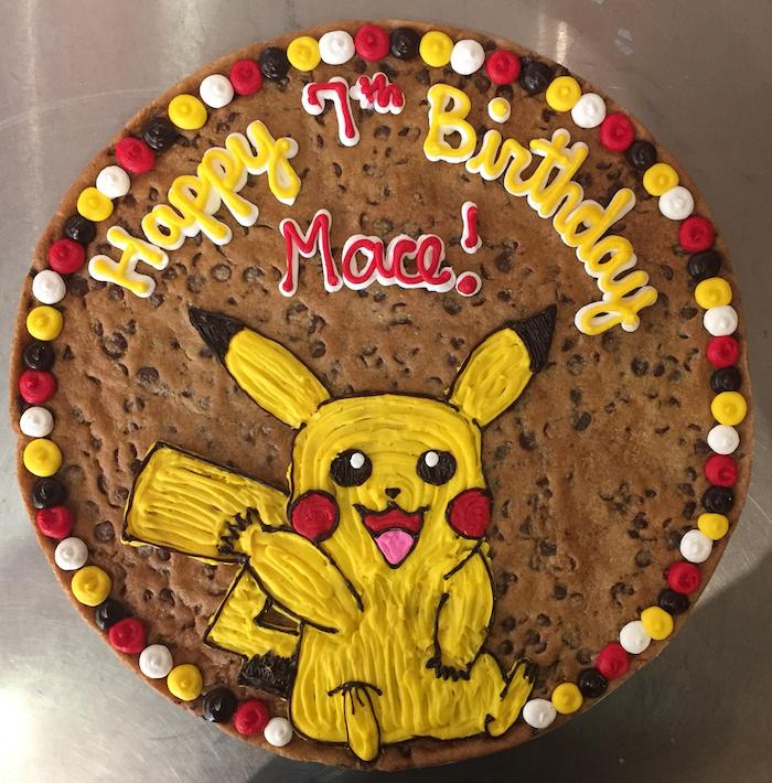 pikachu mignon, gâteau d anniversaire, génoise au chocolat, décoration avec seringue et crème