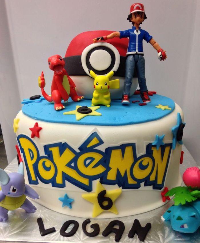 decoration gateau pokemon, génoise au vanille, glaçage blanc, pâte d'amande bleu, figurine sascha, lettres pokémon