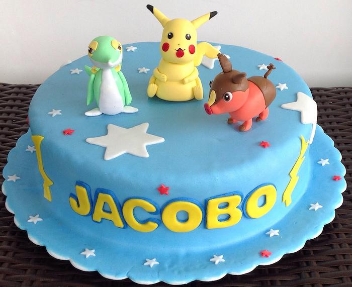 decoration gateau, pâte d'amande bleue, étoiles blanches, pokemon pikachu mignon, gâteau d anniversaire