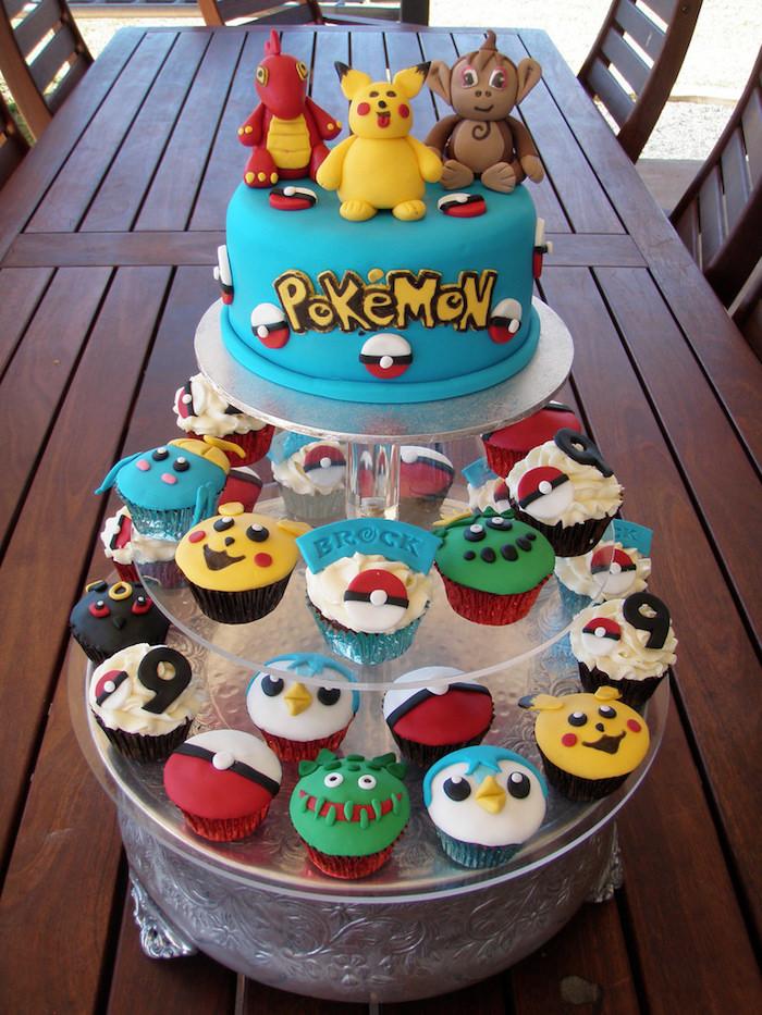 anniversaire pokemon, cupcakes pokémon, decoration gateau pokemon, figurines en pâte sucrée, plateau tournant