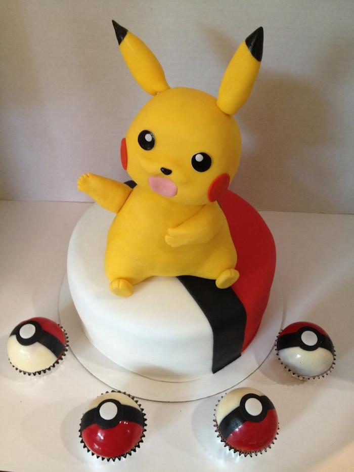 decoration gateau pokemon, pikachu mignon, pokéball muffins, pâte d'amande rouge, figurine pikachu 3d