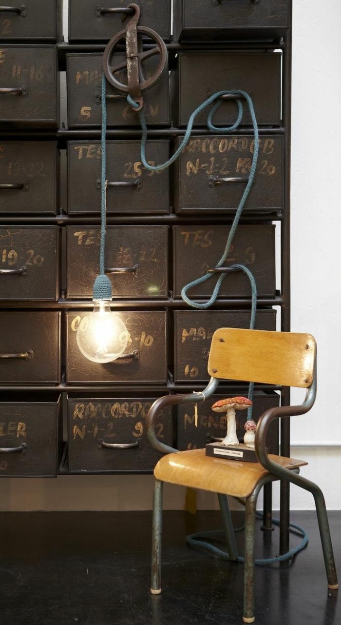 decoration industrielle, petite chaise en bois, plancher noir, murs blancs, corde lumineux avec ampoule électrique
