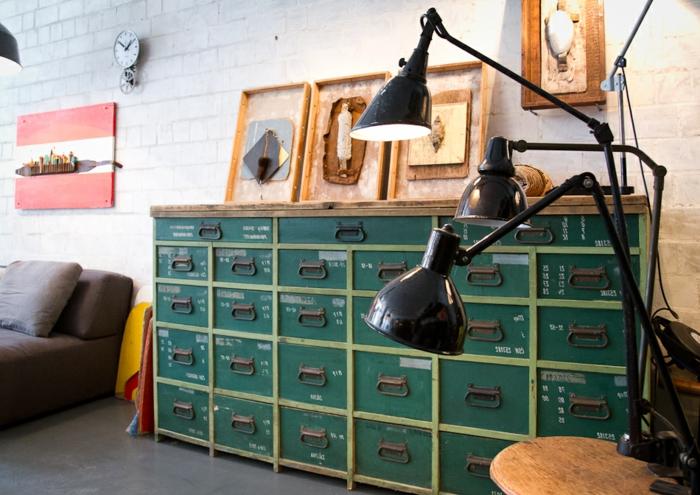 idee deco industrielle, horloge rond, lampes noires, décoration murale en bois, table ronde, lampe métallique, meuble industriel