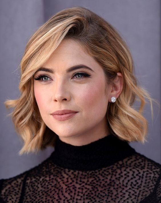 modele coupe de cheveux ashley benson, actrice pretty little liars, carré ondulé court elegant avec une frange asymétrique, coiffure vintage