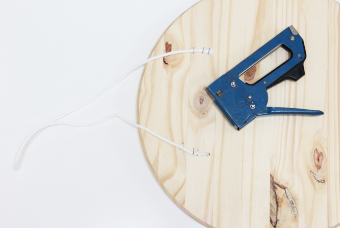 astuce rangement bureau, planche a découper en bois transformée en tableau organisateur, attacher la corde au rondin pour suspendre le tableau