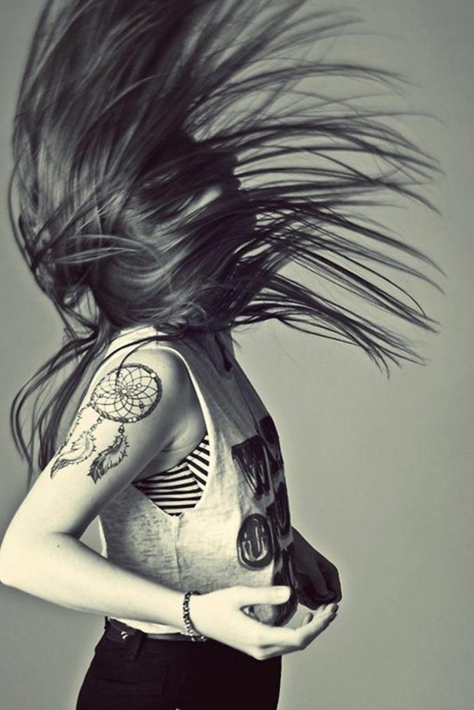 attrape reve tatouage bras femme, idée comment se tatouer, dessin graphique, tenue sport, capteur de reves classique, filet, cerceau et plumes