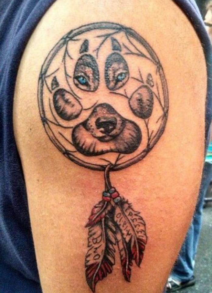 attrape reve dessin de loup aux yeux bleus, filet de petites branches, plumes en rouge et noir, idée de tatouage homme
