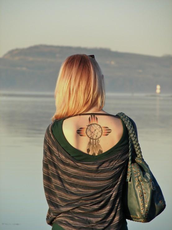 idée de tatouage attrape reve graphiques avec des perles colorés, idée de dessin noir avec des côtés colorés