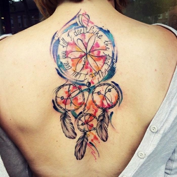 attrape reve tatouage, quatre cerceaux de tailles diveres, plus petites et un grand en bleu, mauve, orange, rouge, citation