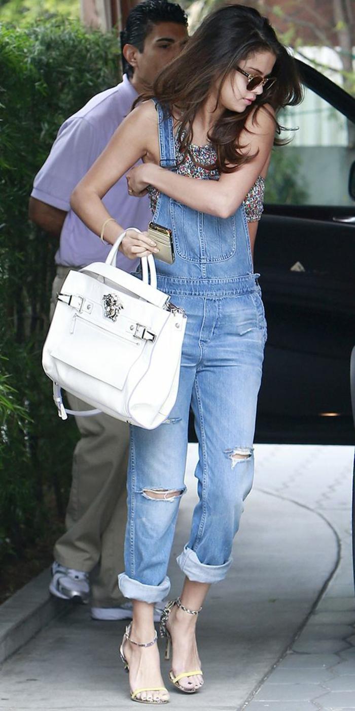 Une salopette jean noire mode salopette belle tenue Selena Gomez grande sac blanc