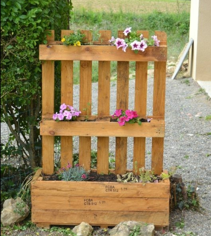 jardiniere en palette avec bac et dossier, idée comment planter des fleurs à l exterieur, pétunias, decoration jardin originale