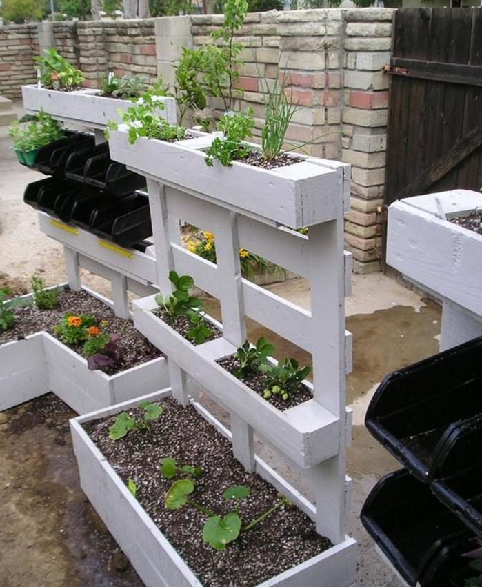 bac a fleur en palette avec un dossier, idée jardinière gain de place en palette, idée comment créer une deco jardin exterieur en palette