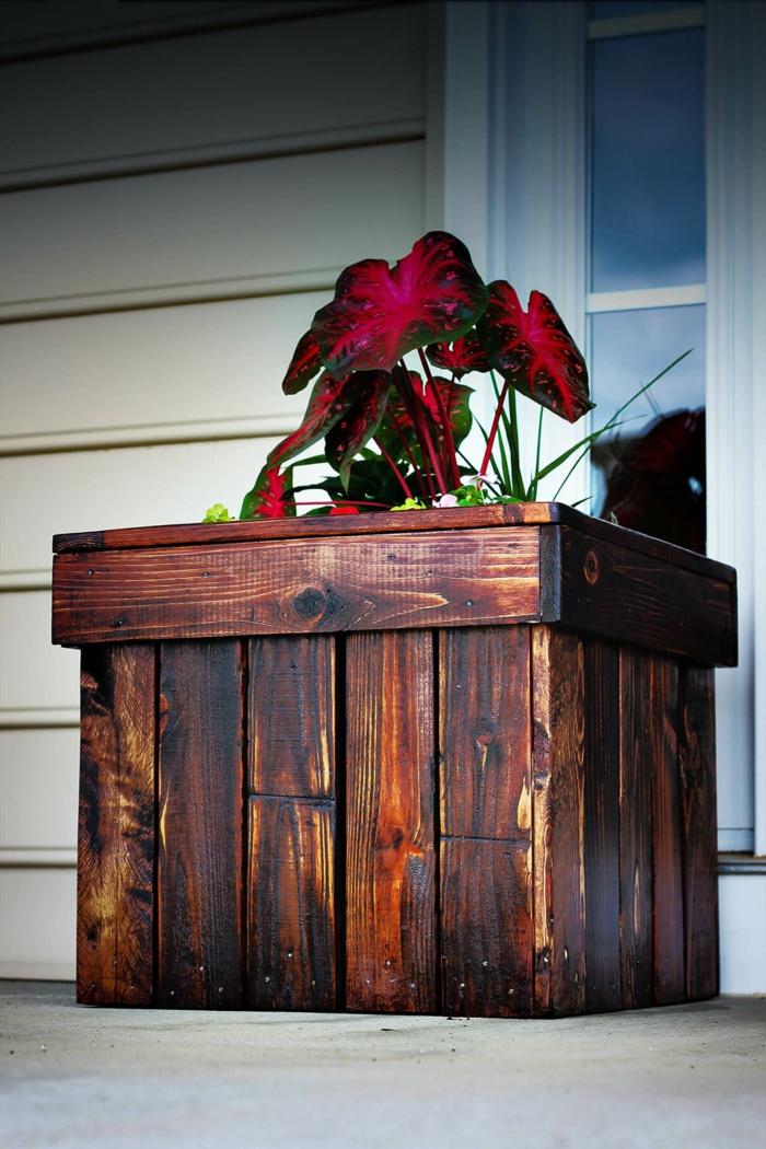 idée modèle de bac a fleur en palette, planches de bois, marron avec des lattes assemblées pour créer une jardiniere soi meme