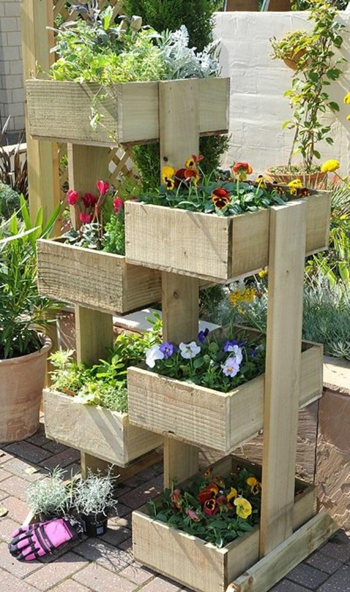 jardiniere en palette fabriquée à partir de planches de bois, rangement pour fleurs à différents niveaux, deco exterieure