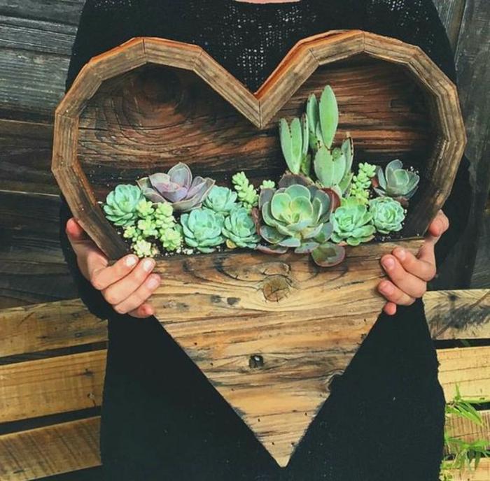 idée comment fabriquer un bac a fleur en palette en forme de coeur, semi ouvert et plantes succulentes plantées dedans
