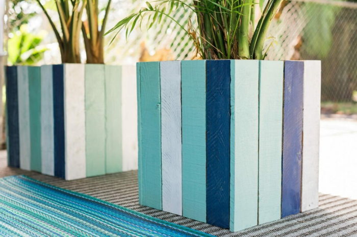 jardiniere palette modèle intéressant, des lattes de bois repeintes de blanc et bleus, bac a fleur simple, deco jardin exterieur