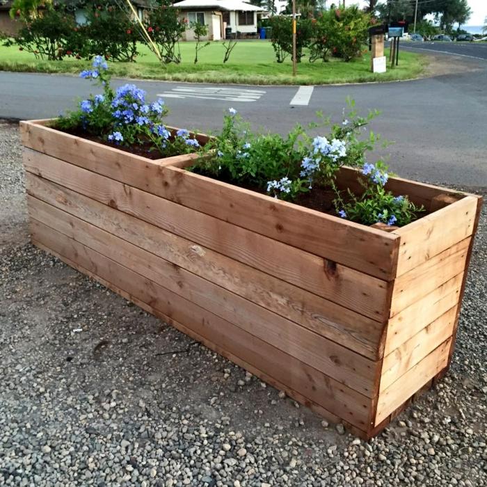 idée comment faire un bac a fleur en palette, deux compartiments et jardiniere en palette, fabriquée à partir de lattes de bois poli, fleurs