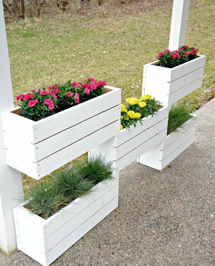 bac a fleur en palette, repeint en blanc, fleurs jaunes et vert, structure bacs en bois repeints en blanc, rangement floral