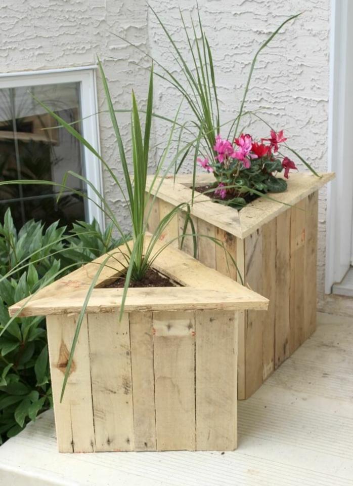idée comment fabriquer un bac a fleur en palette en forme de triangle, fleurs plantées dans une jardiniere en bois simple