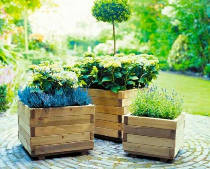 idée comment fabriquer un bac afleur en palette, planches en bois assemblées et plantes aromatiques rangées dedans, deco jardin exterieur