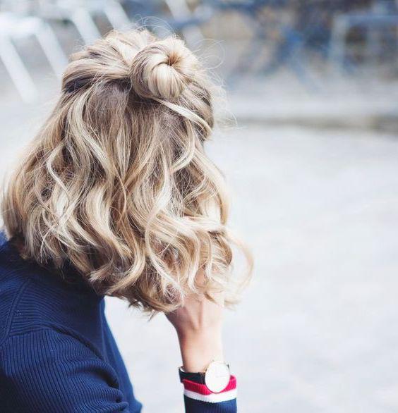 carré ondulé avec chignon sur le dessus, balayage blond, idée de look bohème décontracté, street wear