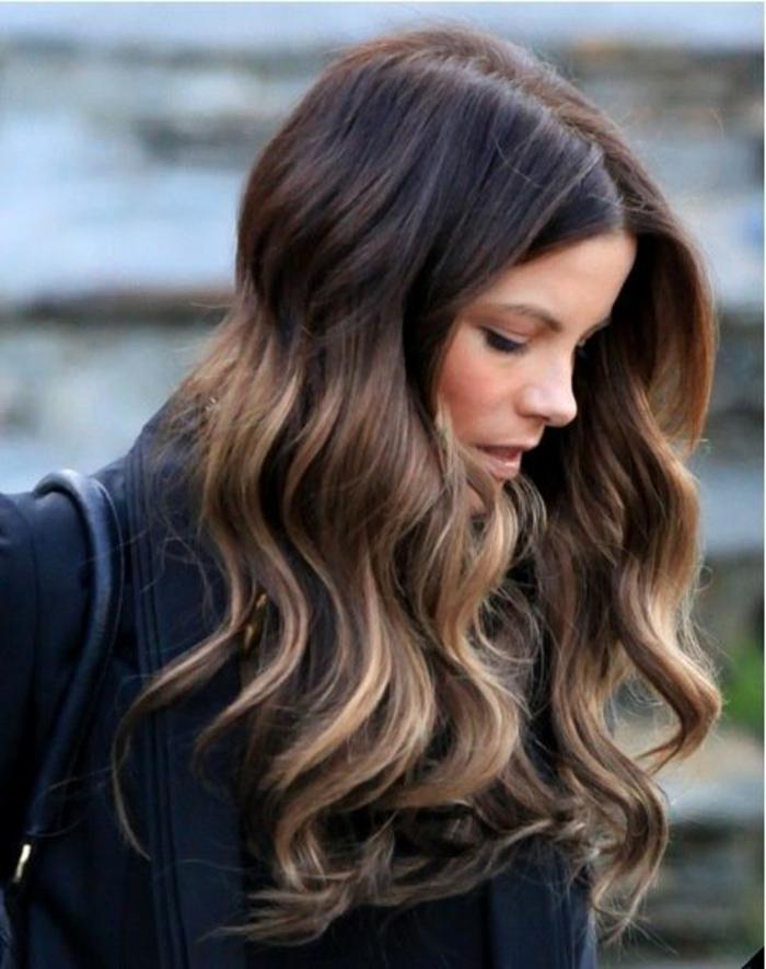 balayage caramel, cheveux épais, effet ombré, cheveux chataîn clair, ondulations anglaises