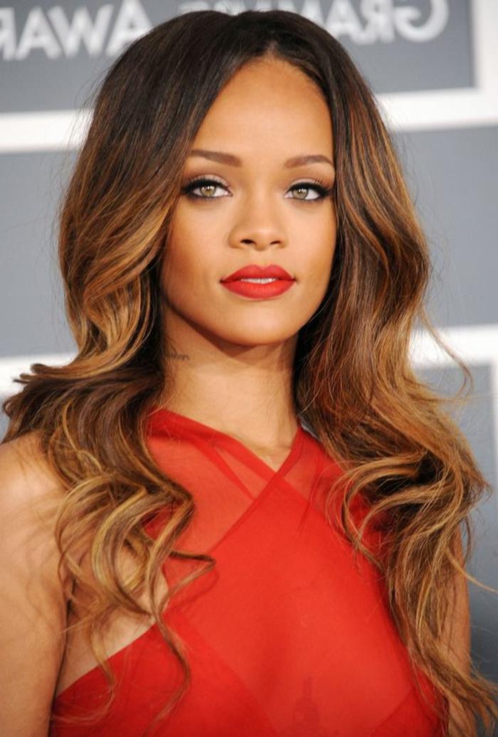 balayage caramel sur brune, Rihanna en robe rouge, maquillage aux tons marrons et pêche