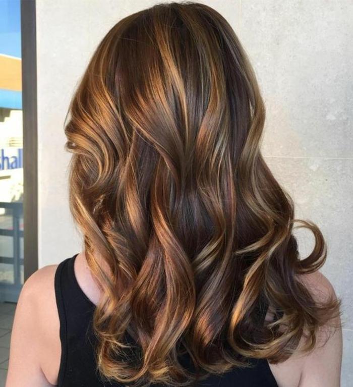 balayage miel, mèches coloration caramel, cheveux chataîn foncé, jolie coiffure
