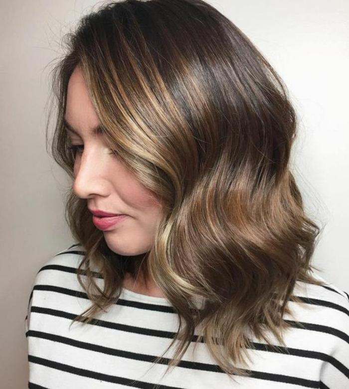 Balayage Miel Tshirt Ray Cheveux Mi Longs Ondulants Couleur Caramel Variantes Du Pour Sublimer Votre Coiffure