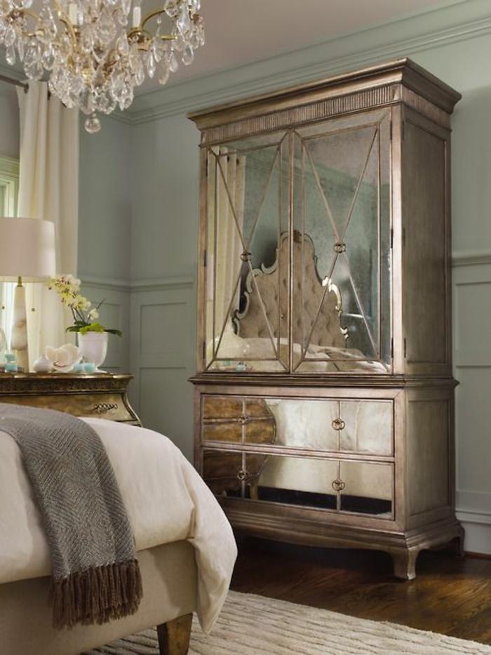 meuble baroque armoire couleur bronzée grand lustre en crystal