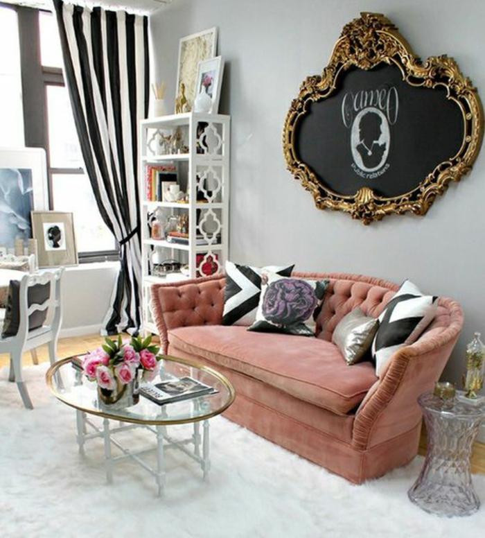 meubles baroque canapé couleur poudre de roses avec grand tableau au cadre doré
