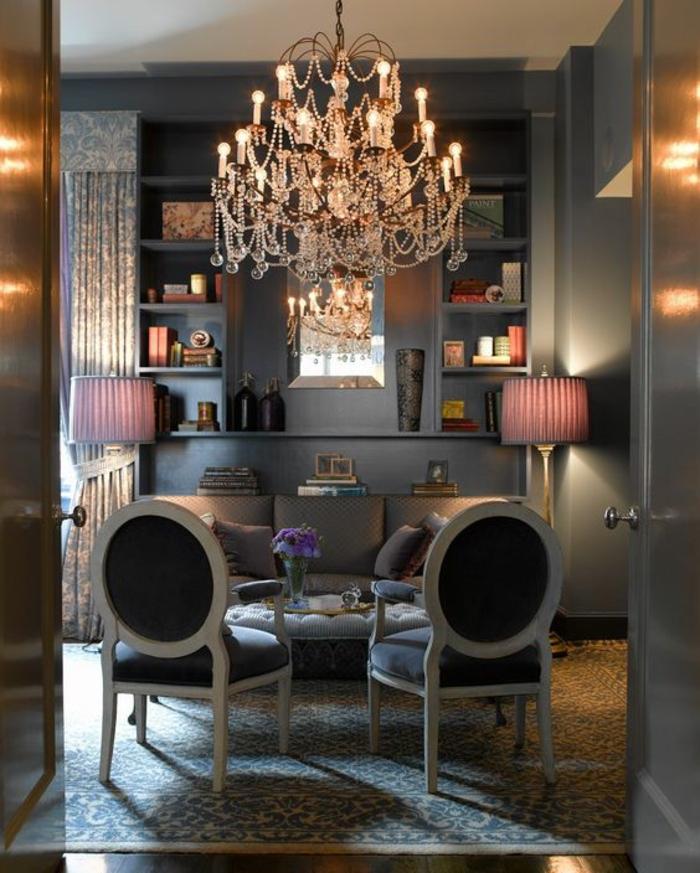 meuble baroc deux chaises en noir et blanc grand lustre en crystal avec deux luminaires au tissu en poudre de roses